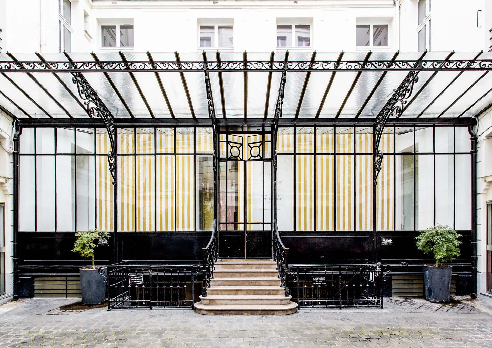 A photograph of a 2015 installation by Olivier Mosset at 108, rue Vieille du Temple, the future home of David Zwirner Paris.